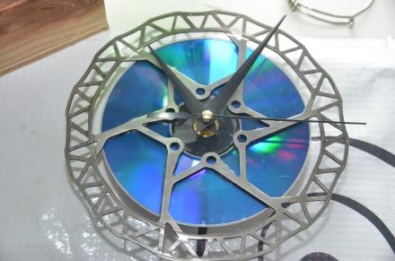 Disco de frenos convertido en reloj de pared