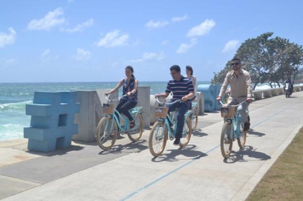 David Collado, Natalia Lleras e Ivan de la Lanza recorren el Malecon de Santo Domingo