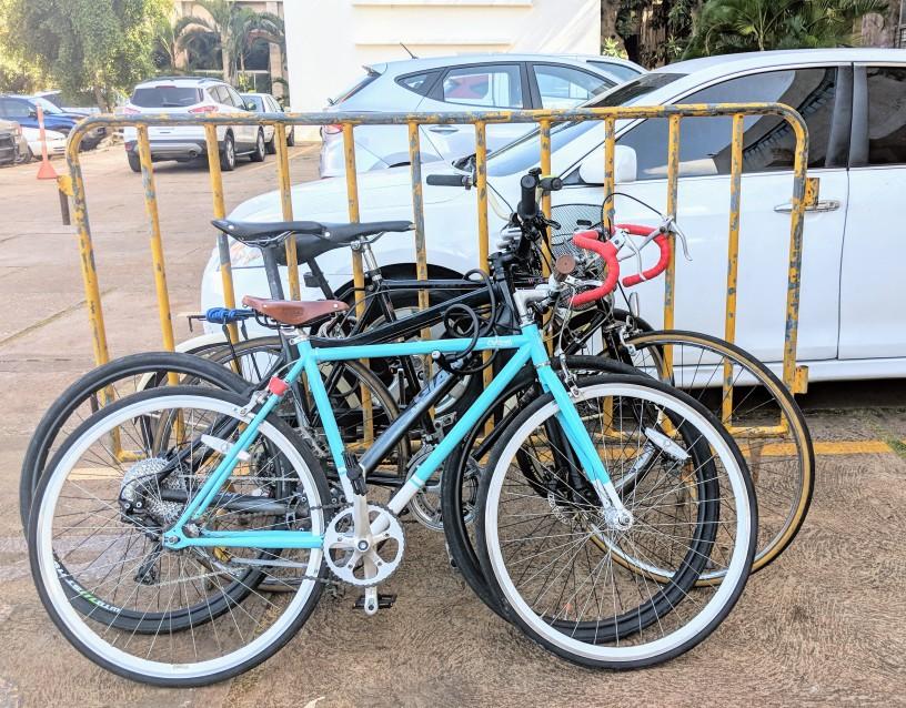 Ciclistas urbanos estacionan bicicletas