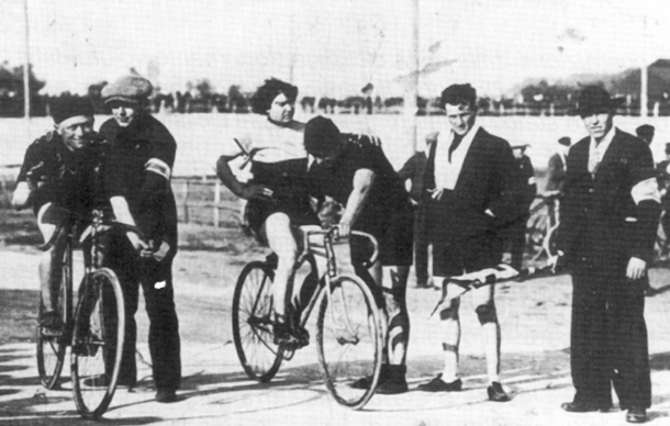 Mujer competidora de bicicletas en el 1920